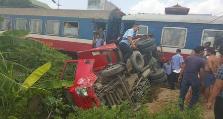 Hà Nội: Tàu hỏa húc bay ôtô, tài xế thoát chết thần kỳ