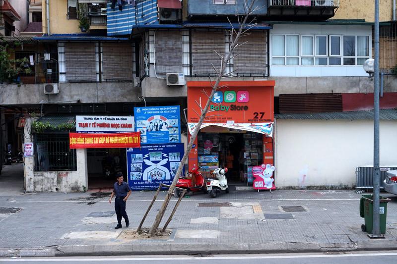 Hàng cây 'không còn sức sống' trên phố Nguyễn Chí Thanh
