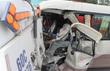 Hành khách hoảng loạn vì xe khách tông xe quét bụi