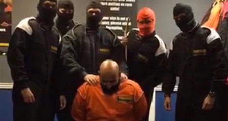 Nhân viên ngân hàng dàn cảnh chặt đầu kiểu IS