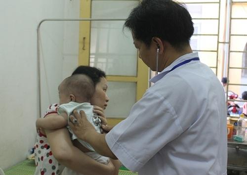 Cho trẻ sốt virus uống kháng sinh có thể gây biến chứng nặng