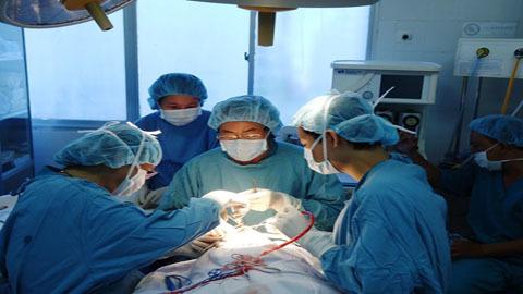 Bệnh viện quá tải, 1.300 em bé xếp hàng đợi mổ tim