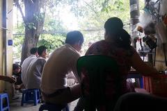 Hà Nội: Người phụ nữ quỳ xin được 'bán hàng nước'