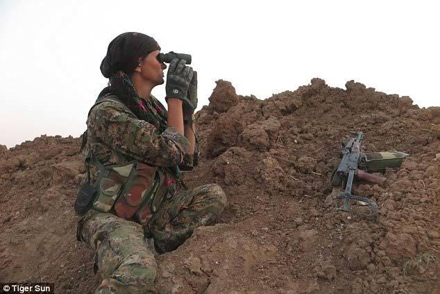 Nét quyến rũ của cựu người mẫu cầm súng chống IS