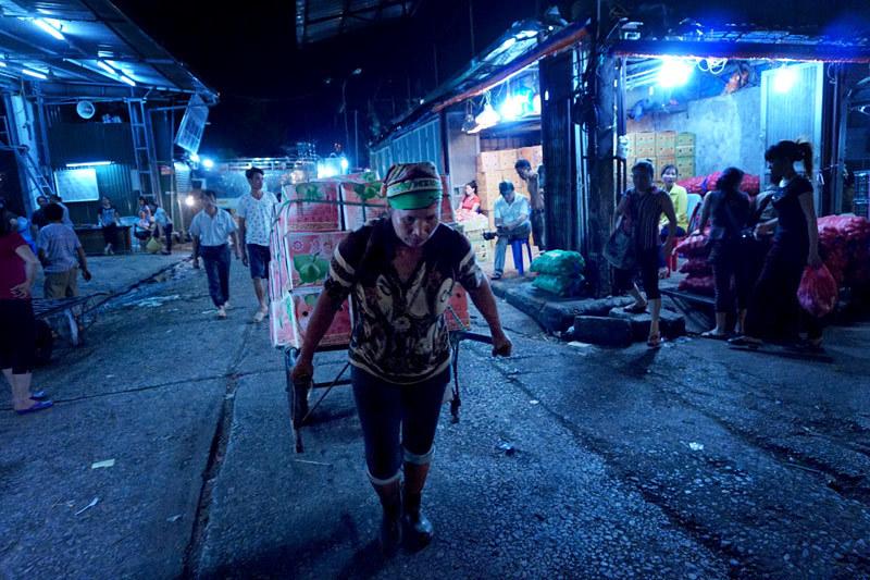 Chợ đầu mối, chợ đêm, Long Biên, xóa bỏ, di dời, chợ trời, thú vị