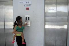 Bức xúc những chuyện thiếu văn minh khi đi thang máy