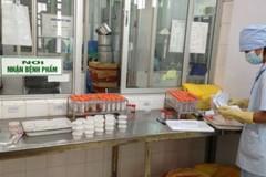 Bác sĩ hút phoóc-môn, vi khuẩn tả vào miệng, phơi nhiễm HIV