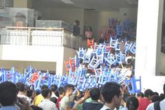 Sĩ tử quần soóc, đội ghế lên đầu vào phòng thi đại học