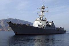 Tàu hàng Iran chiếu tia laser vào tàu chiến Mỹ