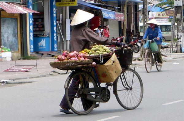 Dân bán hoa quả rong lo mất nguồn chợ Long Biên