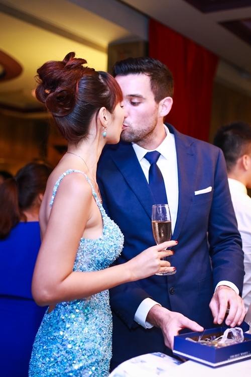 Hà Anh và chồng tây hôn nhau say đắm trong tiệc đính hôn