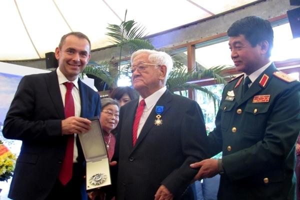 Pháp trao huân chương Quốc công cho Đại sứ Võ Văn Sung