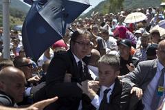 Thủ tướng Serbia bị ném đá vỡ kính
