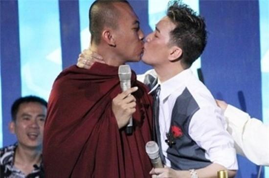 Hai nụ hôn Đàm Vĩnh Hưng không dám nhìn lại