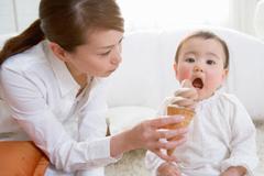 Hiểm họa bất ngờ khi cho trẻ ăn kem, uống nước lạnh
