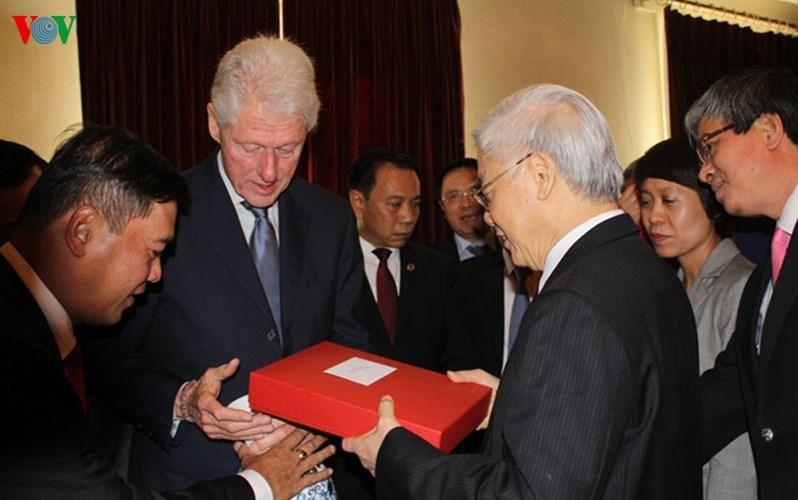 Hình ảnh chân tình giữa Tổng bí thư và cựu Tổng thống Clinton