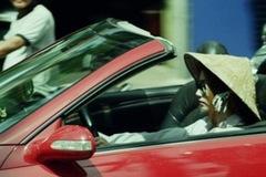 Chết cười: Đội nón lá ngồi ôtô sang