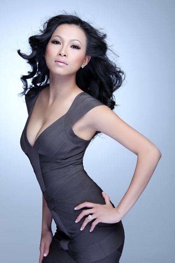 'Choáng' với độ ăn mặc táo bạo của hoa hậu giàu nhất Việt Nam