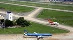 Đường băng sân bay Tân Sơn Nhất đóng cửa do sét đánh