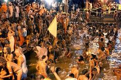 Giẫm đạp bên sông thiêng Ấn Độ, hàng chục người chết