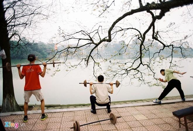 Tập thể hình bằng đồ tự chế bên hồ Gươm