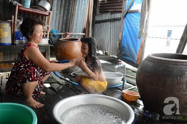 Khu ổ chuột nghèo khó dưới chân cao ốc tráng lệ Sài Gòn