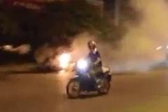 Video: Xe 4 chỗ bốc cháy ngùn ngụt trong đêm ở Hà Nội