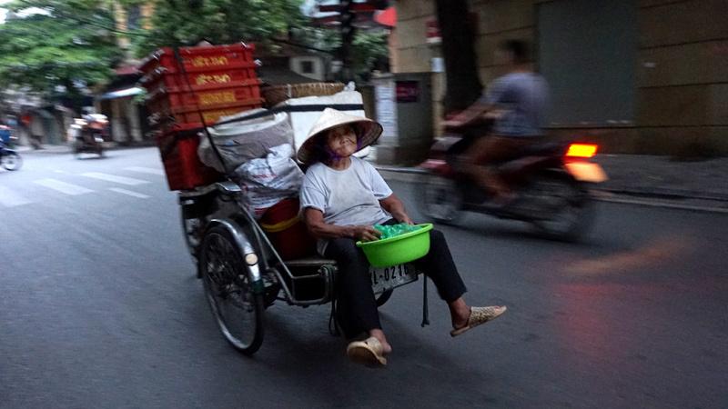 Người Hà Nội thảnh thơi trong tiết trời mát mẻ hiếm hoi - 1