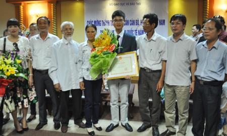 Con trai người sửa khóa giành Huy chương Vàng Toán quốc tế
