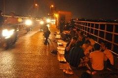 Hét giá 250 nghìn 1 đĩa hướng dương trên cầu Long Biên