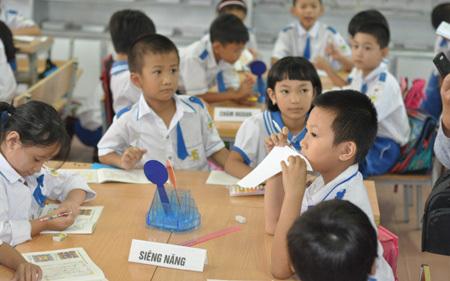 Lớp trưởng thành chủ tịch: 'Vỏ ngôn ngữ' hay nhiệt tâm đổi mới?