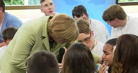 Thủ tướng Đức dỗ dành bé gái tị nạn