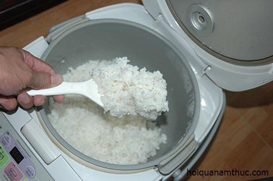 Mang cả nồi cơm lên cơ quan nấu để xài điện 'chùa'