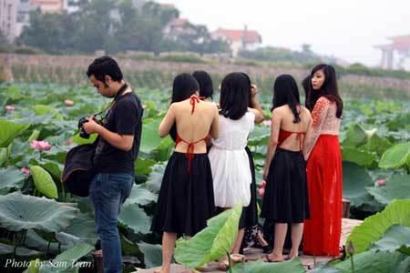 Dịch vụ ăn theo chụp ảnh sen Hồ Tây