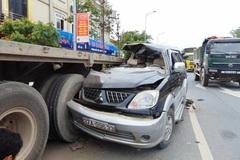 Xe 7 chỗ rúc gầm container, 3 người chết tại chỗ