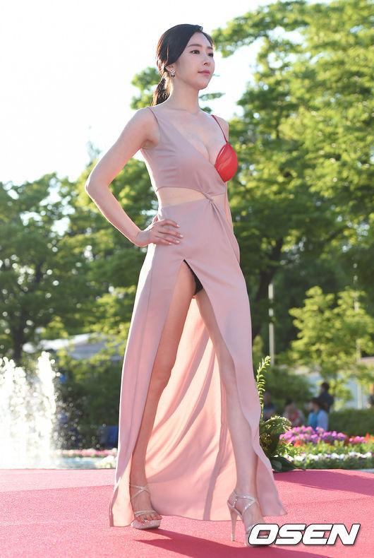 Thảm đỏ LHP Cannes nháo nhào vì nữ diễn viên vô danh mặc