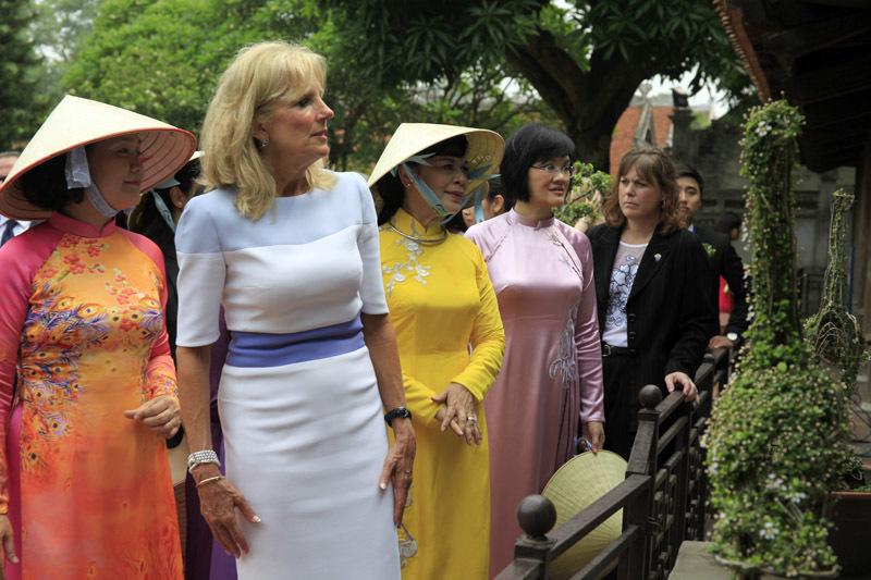 Phu nhân Chủ tịch nước cùng Đệ nhị phu nhân Mỹ thăm Văn Miếu