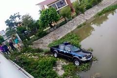 Ôtô cảnh sát 113 lao xuống sông