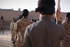 IS dạy chiến binh nhí hành quyết búp bê