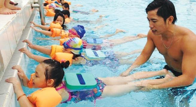 Nên cho trẻ học bơi từ mấy tuổi?