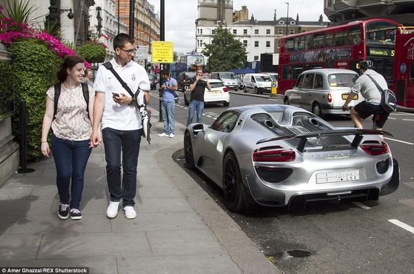 Loạt ảnh gây choáng khi giới nhà giàu Ả Rập đổ bộ sang Anh tránh nóng