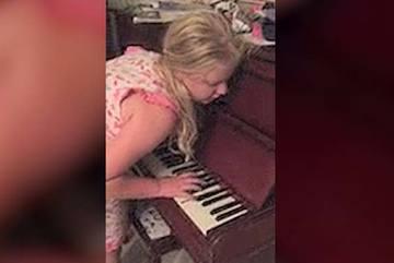 Bé 12 tuổi chơi piano trong lúc mộng du