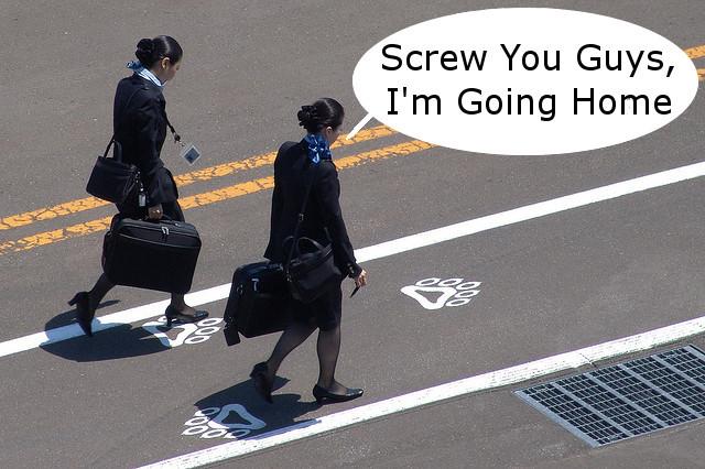 Tiếp viên hàng không bật khóc vì quá cô đơn