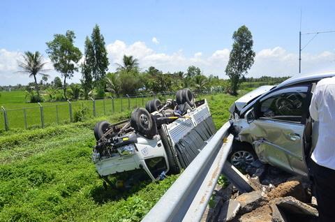 Ôtô 7 chỗ tông xe tải lật ngửa trên cao tốc Trung Lương
