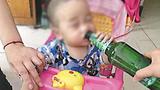 Dân mạng dậy sóng chuyện bé 19 tháng uống bia