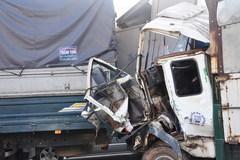 Phá cửa cứu tài xế kẹt trong cabin sau vụ đâm xe liên hoàn