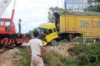 Tàu hỏa hất văng container, đường sắt tê liệt nhiều giờ