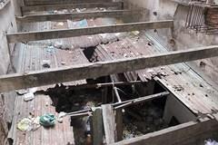 Rợn người khi bước chân vào chung cư hoang tàn nhất Sài Gòn