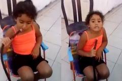 Bé gái 9 tuổi phì phèo hút shisha