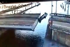 Thử vượt cầu như phim hành động, ô tô tan nát rơi xuống nước